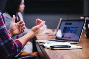 Main devant un ordinateur lors d'une consultation Milieu de vie