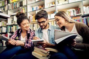 Des jeunes étudient autrement dans une bibliothèque